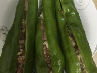 虎皮青椒,再把腌制好的五花肉塞进青椒里面去