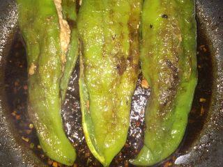 虎皮青椒,然后给锅里放入色拉油,等油烧热以后,把青椒放进锅里,用中火把青椒两面煎变色后,把青椒捞出来。