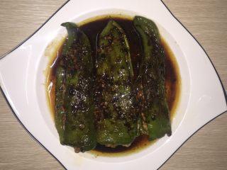 虎皮青椒,最后浇在青椒上面就大功告成咯!