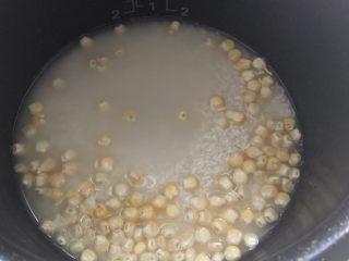 🍚轻食养生饭,玉米粒🌽倒入米饭中均匀铺开