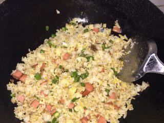 黄金炒饭,炒到饭粒一颗一颗时可倒入电老抽调色,然后把炒好的青椒和火腿肠倒进去翻炒就完成了