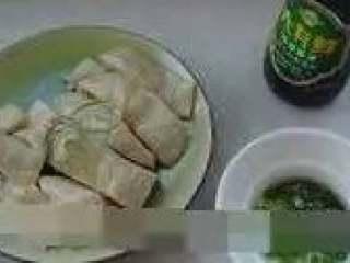 肥嫩鲜美白斩鸡,食用时可配以葱油、生抽等佐料,口味重的可以用豆瓣辣酱、辣豆豉、麻油等自制酱料。