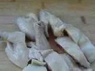 肥嫩鲜美白斩鸡,取出晾干表皮,扫上香油(或熟花生油),斩成小块,盛入碟中。