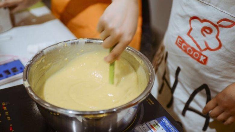 #春日烘焙教室#草莓塔/水果塔,小火加热,边加热边用耐热刮刀不停搅拌,一直搅拌到混合物变成非常浓稠顺滑的状态,关火。把奶锅放在凉水里继续搅拌一会,降温。