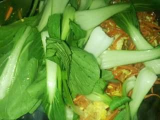 炒粉丝,在放入小油菜炒3-4分钟。