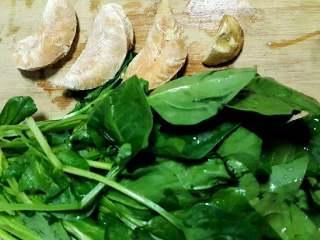 薏米鸡丝菠菜粥,选择春季的小菠菜一把,鸡小胸3块。