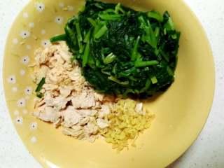 薏米鸡丝菠菜粥,菠菜焯水,鸡小胸煮熟切碎,姜切末。