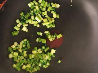 春天的 懒人炒饭,芦笋丁 过下油 盛出