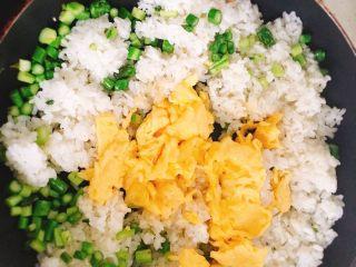 春天的 懒人炒饭,加入鸡蛋 芦笋丁 盐 黑胡椒