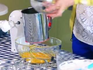 草莓奶油蛋糕,制作蛋黄糊,倒入玉米油及牛奶、过筛的低筋面粉搅拌均匀,打发到蛋黄糊有粘性