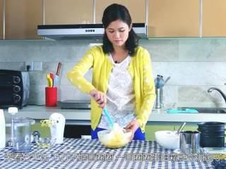 草莓奶油蛋糕,将一半的蛋白霜加入蛋黄糊,翻拌,千万不要画圈圈,搅拌均匀后再次检查蛋白霜