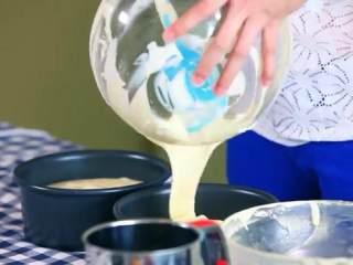 草莓奶油蛋糕,将混合好的蛋糕糊分别倒入两个6寸的模具中,轻轻震动将小气泡震出来
