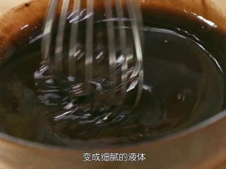 巧克力流心,无盐黄油和巧克力已经全部融化成液体了,把它拿出来,不要泡在水里了,因为我们要让温度稍微降下来一些,用手动的打蛋器画圈圈把油和巧克力完全混匀,直到看不到浮面的黄油就表示混匀了