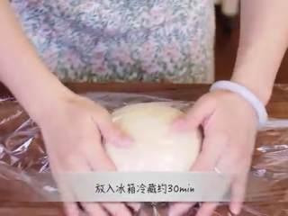 丹麦酥皮面包,揉好的面团成一个球,包上保鲜膜,放入冰箱冷藏30分钟