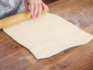 丹麦酥皮面包,面饼压扁,用擀面杖均匀的擀开,取一半继续擀成薄的长方形面片