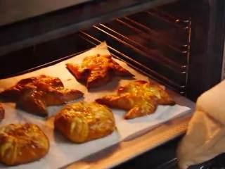 丹麦酥皮面包,把面包放入预热好的烤箱,180度烤15分钟,直至表面呈金黄色即可