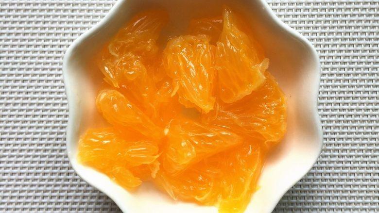 小熊酸奶机自制水果酸奶,2、将美国香橙去皮去核,果肉撕成小块备用。
