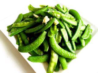蒜蓉荷兰豆,装盘。