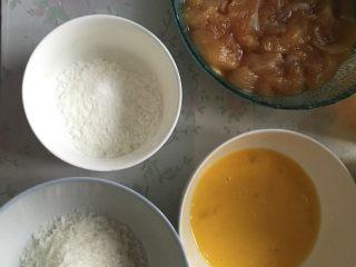 家庭炸鸡,准备好鸡蛋液。嫩肉粉 和面包糠