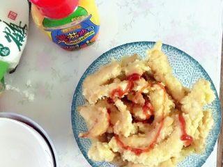 家庭炸鸡,根据个人口感放入番茄酱或者黑胡椒都可,总之都很好吃