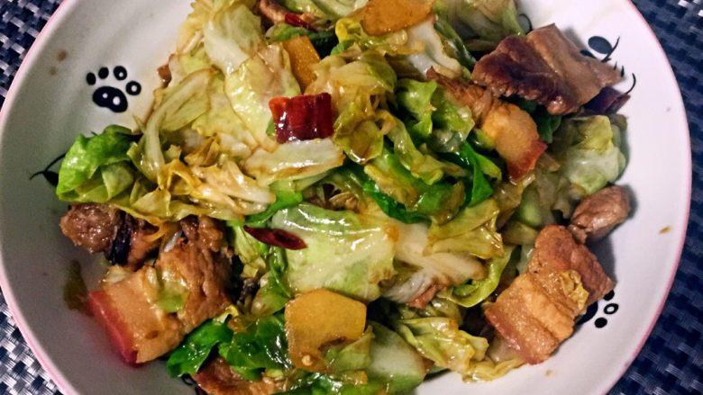 干锅包菜,汤汁炒匀片刻后,起锅盛盘