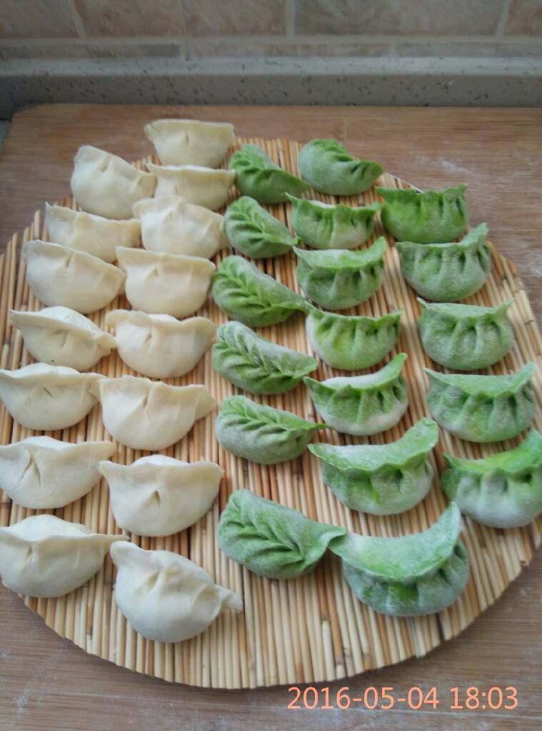 刘记:翡翠槐花馅饺子,包好的两种饺子,一种是白白胖胖的饺子,一种是翡翠饺子