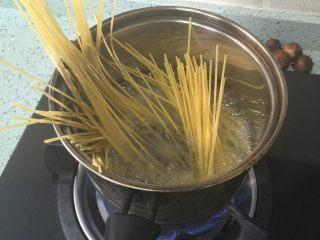 简单的意面🍝,将意面煮熟,然后沥干水
