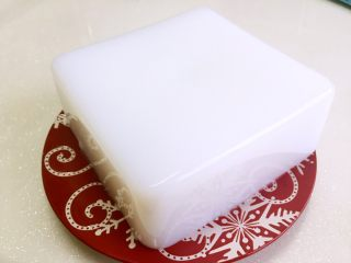 豌豆凉粉,豌豆淀粉:水=1:9的比例,先将700毫升水烧开,取100g豌豆淀粉加200g水搅拌均匀,倒入烧开的水中,用勺子不停的搅拌,淀粉糊由白色转为透明时就提示熟了,关火,倒入保鲜盒中晾凉备用,放入冰箱冷藏一个小时口感更佳!