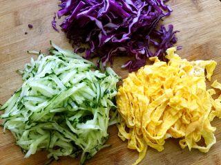 豌豆凉粉,紫甘蓝切丝,黄瓜切丝,鸡蛋摊成薄饼后切丝备用。