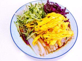 豌豆凉粉,上面在放上紫甘蓝,黄瓜丝和鸡蛋丝等,蔬菜可根据自己喜好放。