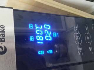 奶油草莓蛋糕卷,把烤盘放入预热好180°c的烤箱,烤15一20分钟,直到表面金黄色。