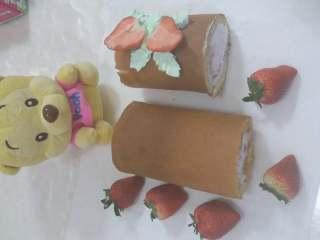 奶油草莓蛋糕卷,最后拿出来装饰下,即可食用