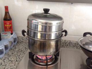 三鲜肉包子,将面团取出和馅包好,放进蒸笼用大火蒸,能开多大的火就开多大。