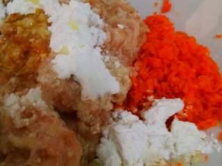 酿香菇,把红萝卜,姜,五花肉,虾皮,香菇根剁碎,加盐,加点油,加生粉搅拌均匀。
