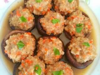 酿香菇,出锅,加上菜叶装饰。