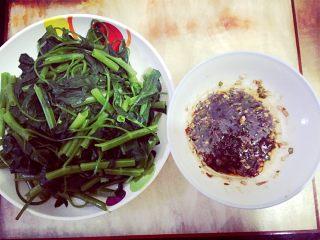 凉拌空心菜,最后将调料淋在煮好的空心菜上即可