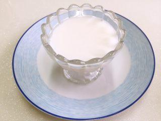 树莓椰奶冻,也可直接倒入漂亮的杯子或碗里,晾凉备用。