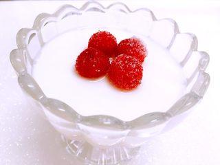 树莓椰奶冻,放几颗树梅,颜色很亮丽,酸酸甜甜很美味呢!水果可以根据自己的喜好随意添加。