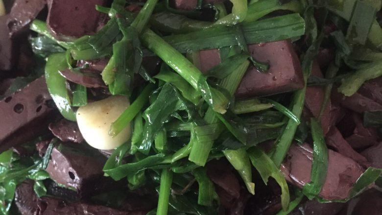 韭菜炒猪血,猪血变色,韭菜断生熟了就能盛盘