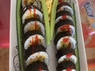 寿司,用刀切块就可以了(最好用专用的寿司刀)