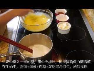 让我们一起来做奶黄酱pastry cream,牛奶中倒入一半糖,中火加热至白糖溶解,将鸡蛋、蛋黄、白糖、淀粉混合均匀