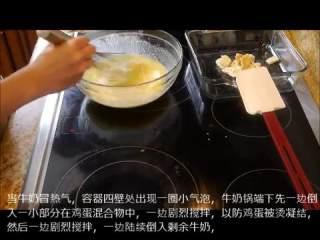让我们一起来做奶黄酱pastry cream,将黄油、香草精、盐、浸水软化的吉利丁片放置备用。牛奶冒热气,容器撕逼出现一圈小气泡,将牛奶倒入鸡蛋混合物中,一边剧烈搅拌,一边倒入剩余牛奶