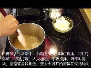 肉桂卷红豆卷part2红豆卷,白糖入锅打湿大火加热至糖浆呈浅褐色,改中火搅拌加热