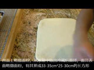 肉桂卷红豆卷part2红豆卷,冷藏的面团取出撒上面粉,擀成33-35cm*25-30cm的长方形