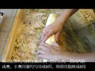 肉桂卷红豆卷part2红豆卷,红豆沙均匀抹在面团上,长边的一侧向内卷,尽量均匀细线分成8份