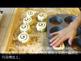 肉桂卷红豆卷part2红豆卷,烤盘底部垫油纸,抹油,倒入焦糖,放入切好的面团,稍压扁