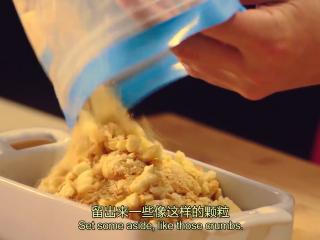 橙香米蛋糕,拇指饼干装在袋子里,用擀面杖压碎,要留出一些如图的颗粒