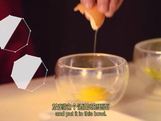 橙香米蛋糕,鸡蛋取蛋黄,放入橙味力娇酒,打匀;把橙皮磨碎,放一边
