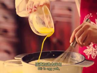橙香米蛋糕,蛋黄加入到稍微放凉的米里,拌匀,接着加入蔓越莓干,最后加入橙皮,拌匀