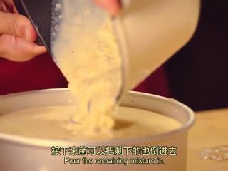 橙香米蛋糕,把煮好的米浆倒入模具,并把它均匀的涂抹在底部,最后倒入剩下的米浆,放冰箱冷藏3-4个小时